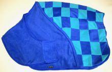 středně modrá s tyrkysovou